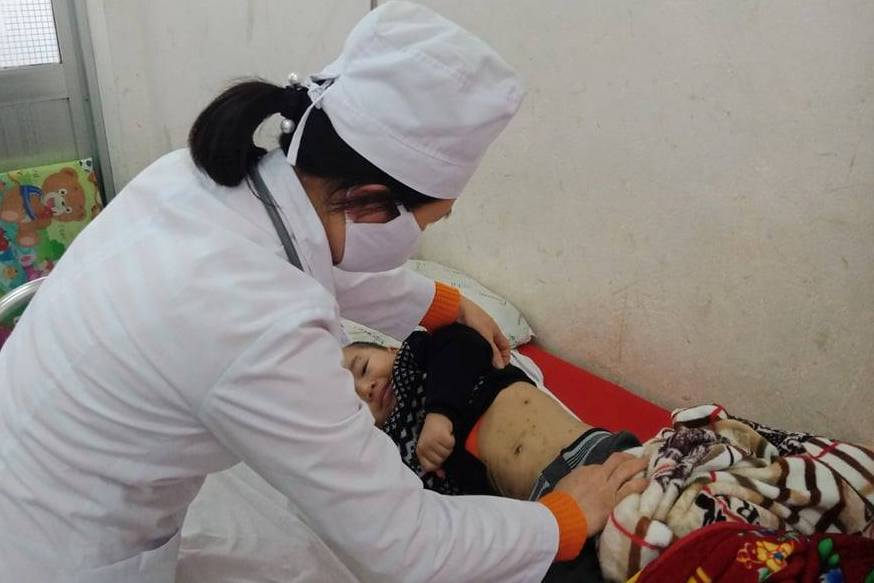 thăm khám trẻ, mắc bệnh Thủy đậu tại Trung tâm y tế huyện Hữu Lũng.jpg